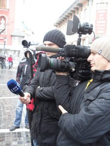 reporters-with-mics